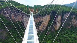 Glass-bottomed bridge, cancer risk for HRT and 120-year-old man 世界最长玻璃桥开放,荷尔蒙替代疗法增患癌风险,印度教120岁僧人