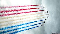 London's biggest air display 伦敦迎来最大规模飞行表演