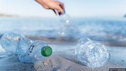 Tackling a tide of plastic 志愿者清理南非海滩塑料垃圾