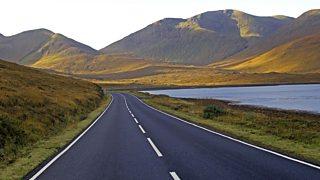 Rathad, loch is beanntan san Eilean Sgitheanach