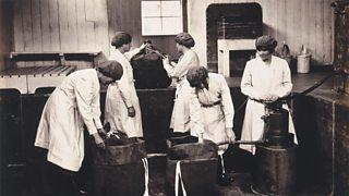 Boireannaich ag obair aig factaraidh urchraichean, Gretna, Alba ann an 1918