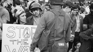Sìochantairean le soidhne 'Stop the war' agus saighdearan mun coinneimh