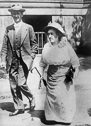 Karl Liebknecht agus Rosa Luxemburg a' coiseachd còmhla air an t-sràid