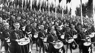 Òigridh Hitler a' mèarrsadh le drumaichean