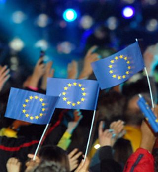 People holding up the flag of the European Union