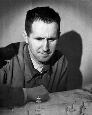 Y dramodydd, Bertolt Brecht yn chwarae gwyddbwyll, 1948