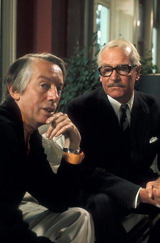 Y beirniad theatr Kenneth Tynan gyda'r actor Laurence Olivier, 1975