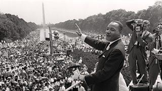Ffotograff du a gwyn o Martin Luter King Jr. yn siarad â thorf fawr yn Wahsington D.C. Yn y cefndir mae'r Washington Monument i'w weld