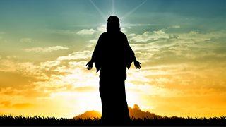 Silwét o Iesu yn erbyn yr awyr ar fachlud haul