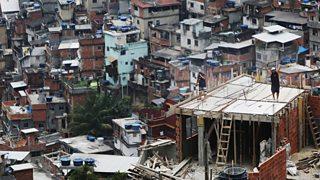 Gweithwyr yn codi tŷ newydd yn favela Rocinha yn Rio de Janeiro, Brasil.
