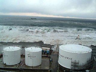 Llun o tsunami 2011 wedi ei dynnu o orsaf bŵer niwclear Fukushima Rhif 1. Mae tonnau anferth yn agosáu at yr orsaf bŵer.