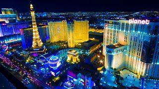Goleuadau llachar stribed Las Vegas yn y nos.