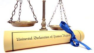 Sgrol o flaen clorian. Mae'r testun ar y sgrol yn dweud 'Universal Declaration of Human Rights'.