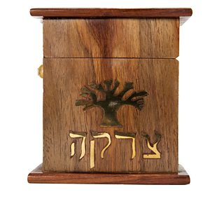 Bocs pren gyda symbol coeden arno ac ysgrifen Hebraeg ar y tu blaen.
