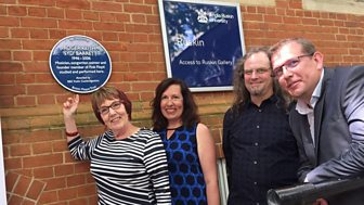 Syd's plaque is unveiled by his family
