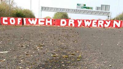 Mae'r slogan 'Cofiwch Dryweryn' wedi bod yn ymddangos ar hyd a lled Cymru yn ddiweddar.