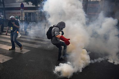 'Yellow vest' France protests: Demonstrators return to streets of Paris thumbnail