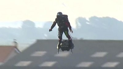 Frenchman Franky Zapata has become the first person to cross the English Channel on a flyboard.
