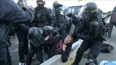 French police force protesters over Spanish border