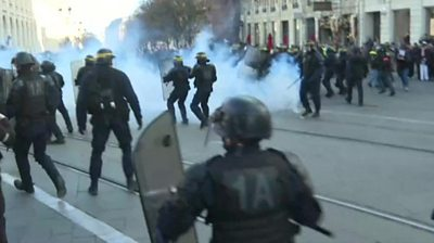 Police clash with pension reform protesters in Bordeaux