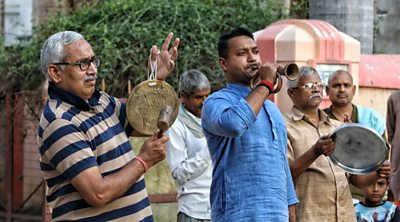 Coronavirus: Indians bang pots and pans to support fight