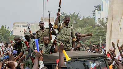 Soldiers in Mali cheered by crowds