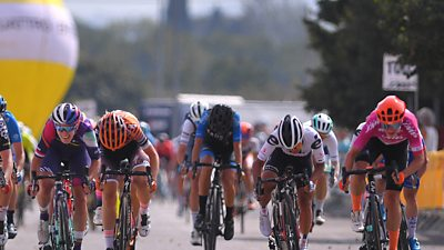 Marianne Vos sprints to a stage six victory at the Giro Rosa as GB's Hannah Barnes finishes second.