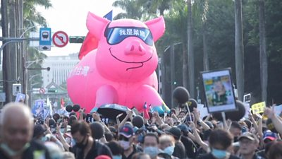 Inflatable pic in crowd