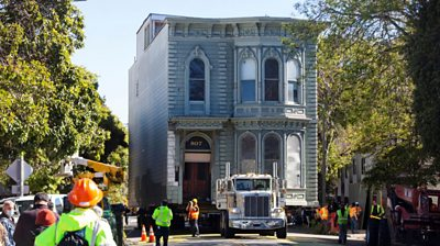 139-year-old Victorian house moved in San Francisco - BBC News