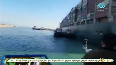 Suez Canal: A container vessel that is already free from the ship