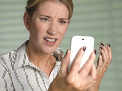 Boireannach troimhe chèile le iphone