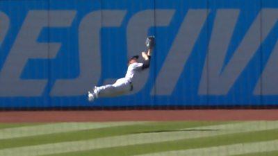 MLB: New York Yankees' Clint Frazier makes stunning superhero catch thumbnail