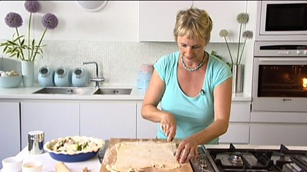 BBC - Food - Techniques : Covering a pie with a pastry lid