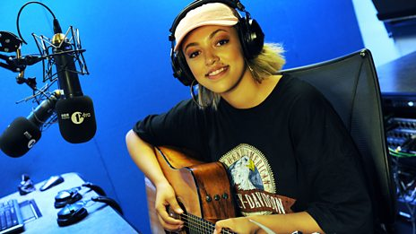 """I am a drunk texter. It's not good!"" Mahalia tells Ace about 'Sober' and gives an amazing acoustic performance"