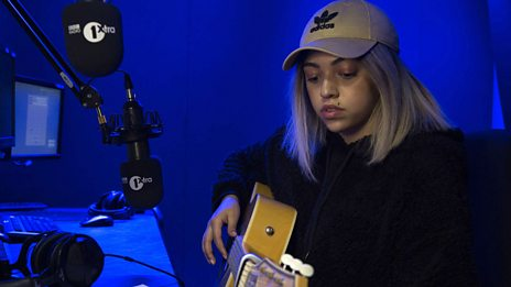 Mahalia performs live in the studio