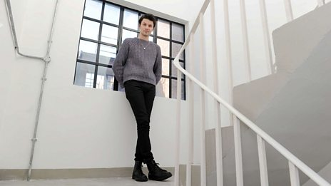 James Bay performs (Simply) The Best