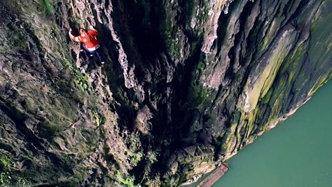 China's cliff-climbing 'spiderwoman'