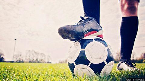 "UK's first 'no heading' adult football match 英国首场 ""禁止头球"" 的足球赛"