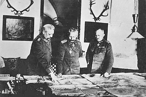 Kaiser Wilhelm II (L) with Field Marshal von Hindenburg and General von Ludendorff (R)