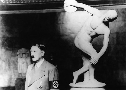 Adolph Hitler and the discobolus statue. Alamy: DB3X74