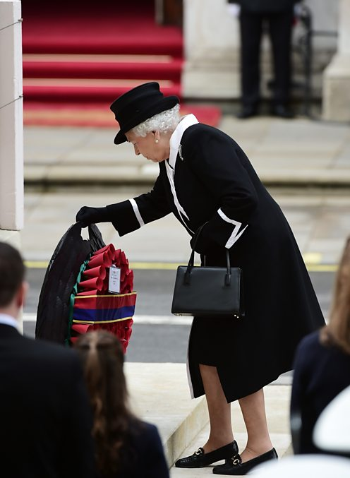 Queen at the cenotaph