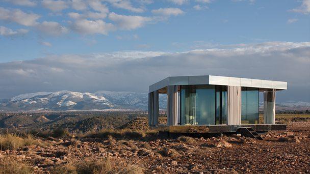 The glass house designed for the desert