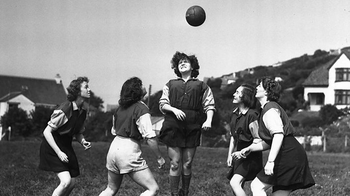 1920s women play football