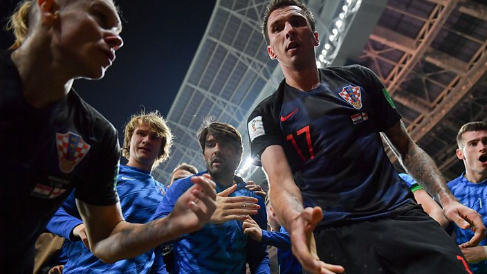 Mario Mandzukic helps up photographer Yuri Cortez