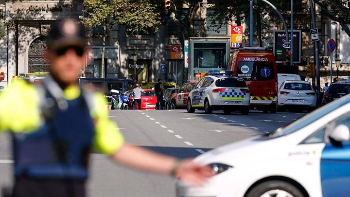 Barcelona: Van rams crowds in Ramblas tourist area