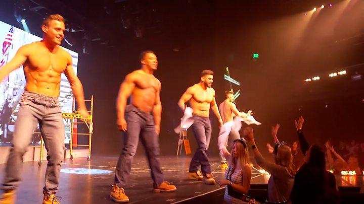 video-kak-zhenshini-shodyat-s-uma-na-muzhskom-striptize