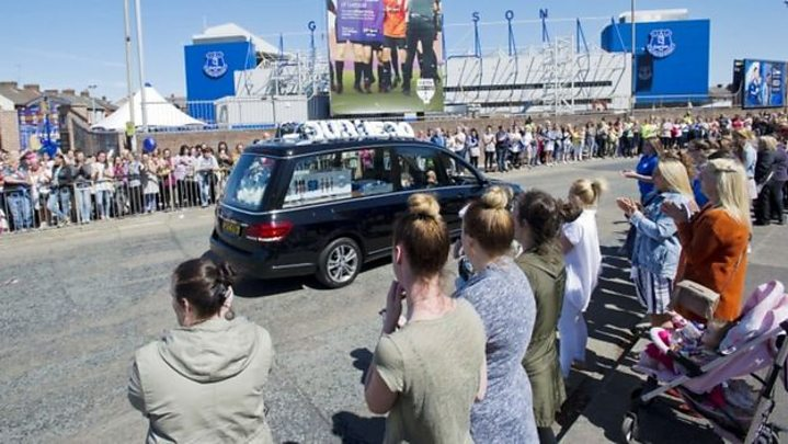 Media playback is unsupported on your device                  Media caption Hundreds of people paid their respects outside Goodison Park