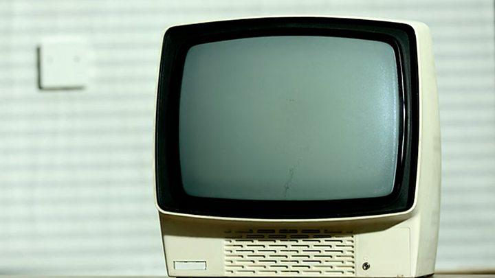 Смотрит в окне секс по телевизору — photo 13