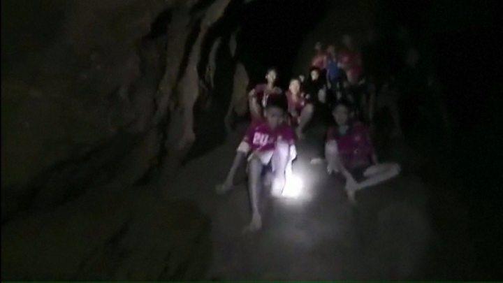 Resultado de imagem para fotos dos garotos preso na caverna na tailandia