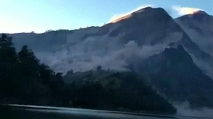 Trapped Lombok hikers descend from volcano